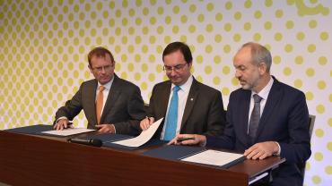 IEC ISO ITU sign world smart city LoI