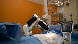 Robot arm does surgery